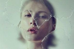 femme derriere vitre cassee