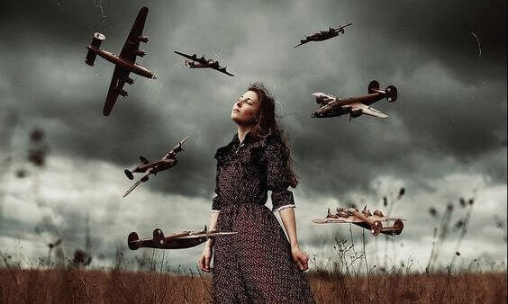 femme cernée d'avions
