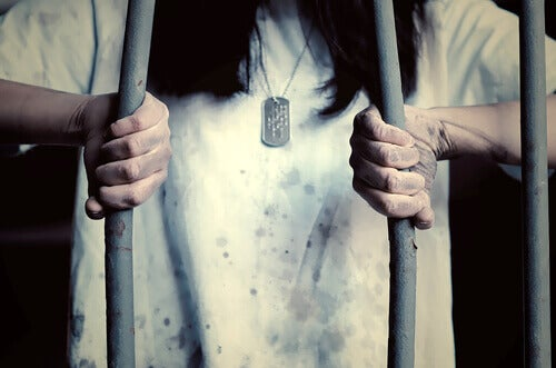 femme emprisonnée par son manque de défense appris