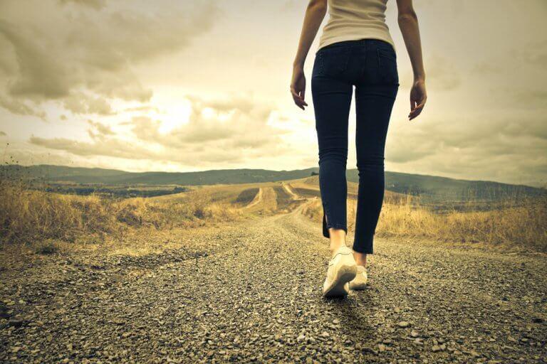 femme qui avance sur un chemin