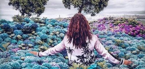 femme qui avance entre les fleurs