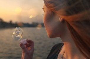 femme qui fait des bulles de savon