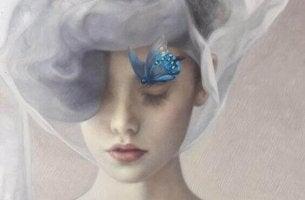 femme reflechissant un papillon sur le visage