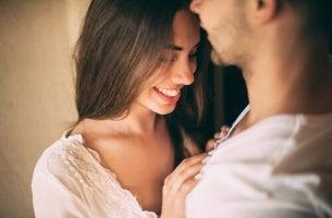 femme sentant de l'attraction sexuelle pour son petit ami