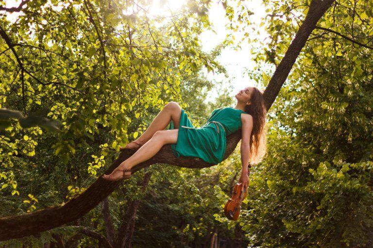 femme avec un violon dans un arbre