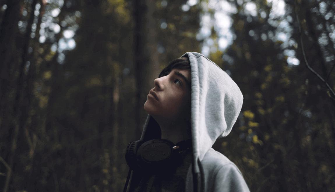 adolescent dans la forêt