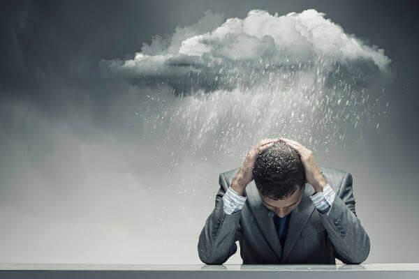 homme avec un nuage pluvieux au-dessus de lui