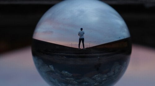 homme dans une sphère