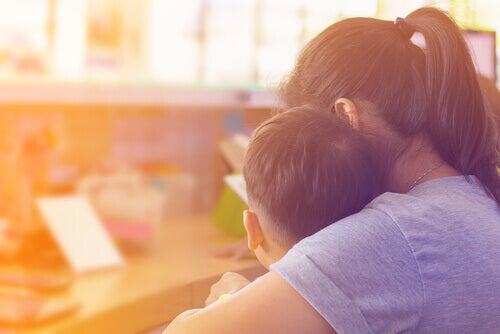 petit garçon craignant le premier jour d'école réconforté par sa mère