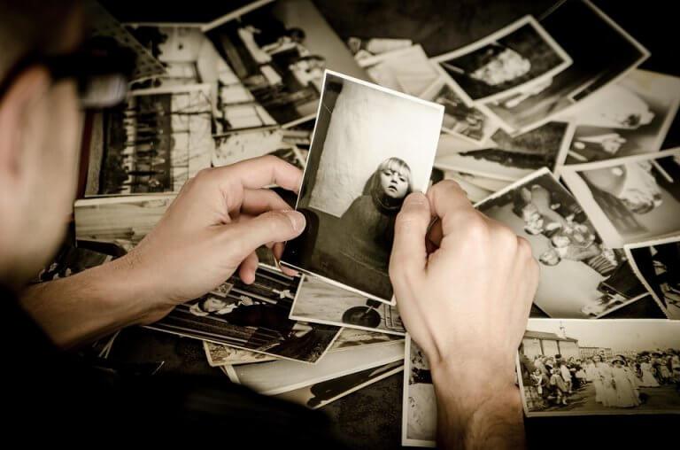 personne qui ressent de la nostalgie en regardant des photos