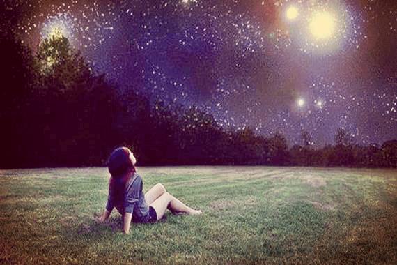 jeune fille regardant le ciel