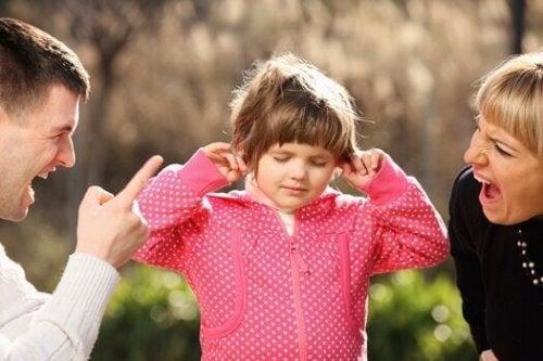 petite fille qui se bouche les oreilles
