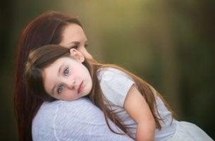 petite fille sur l'épaule de sa mère