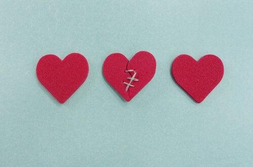 trois cœurs représentant l'infidélité