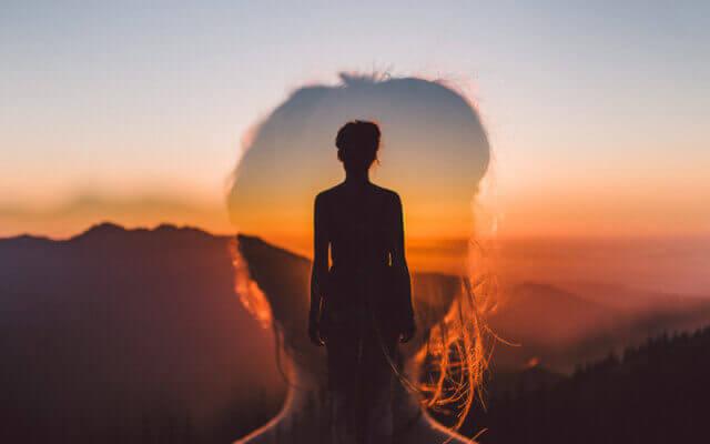 Femme avec une image féminine superposée représentant les énigmes du cerveau humain