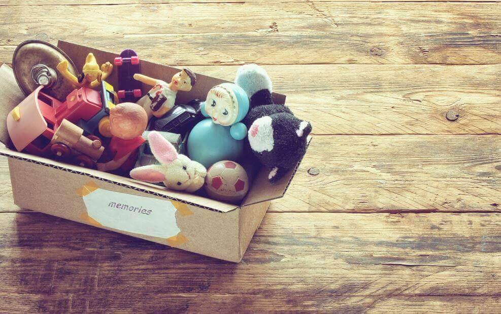 caisse avec des jouets