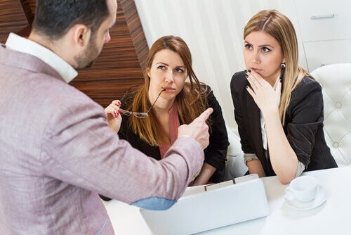 homme discutant avec deux femmes