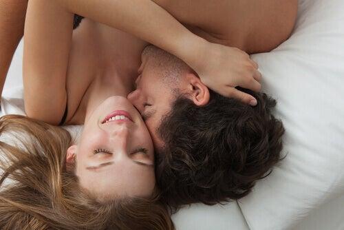 couple au lit se faisant des câlins
