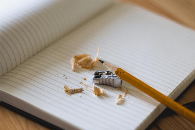crayon tayé sur un carnet vierge