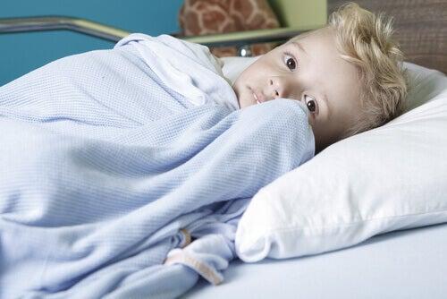 enfant atteint du cancer dans le lit d'hopital