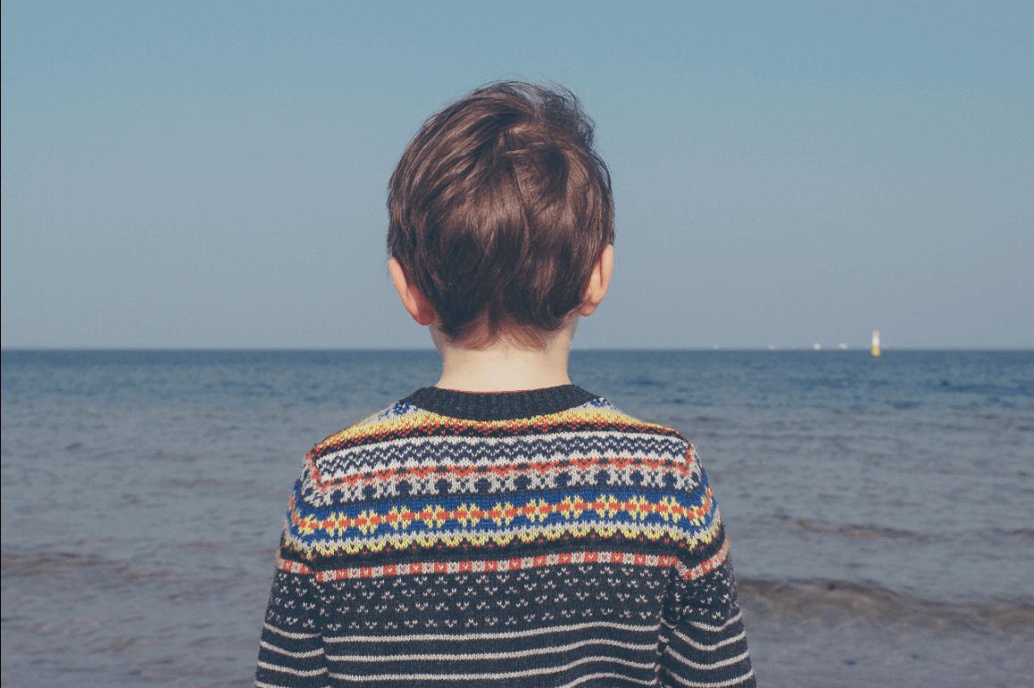 enfant face à la mer