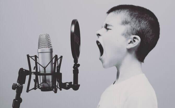 enfant parlant dans un micro