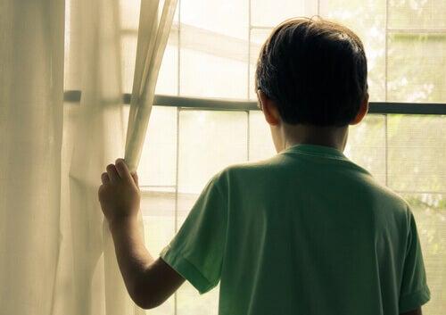 enfant qui regarde par la fenêtre