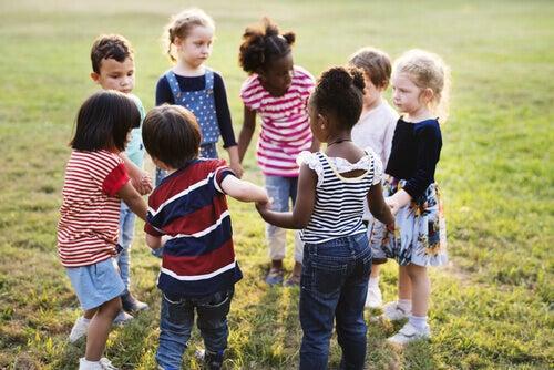 enfants jouant en cercle