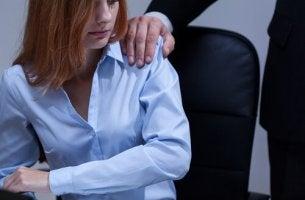femme au bureau contreolee par son chef