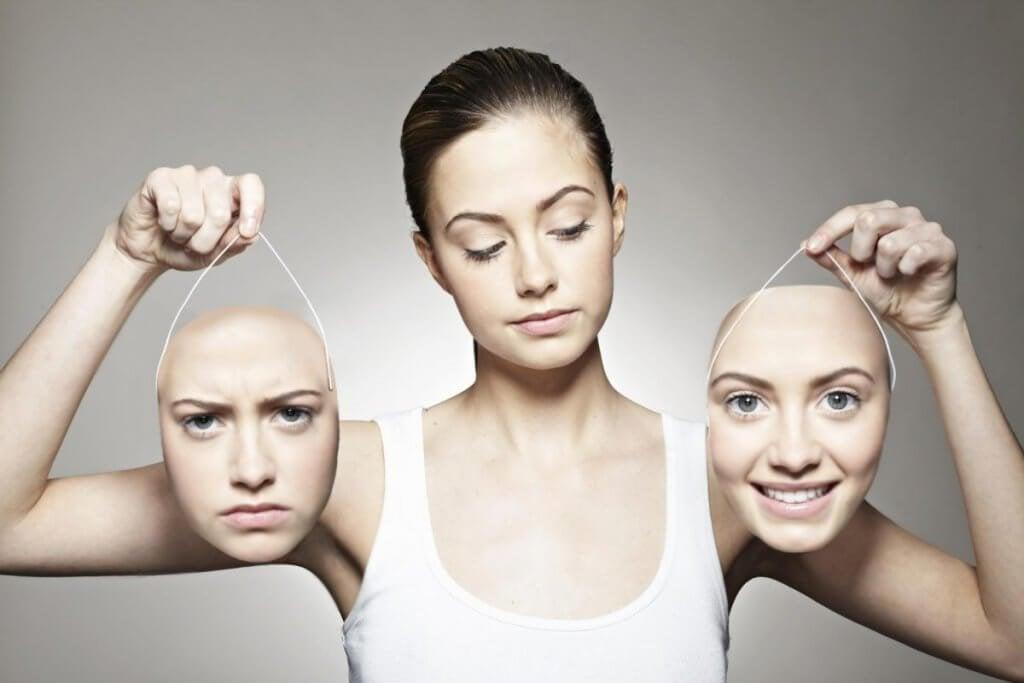 femme avec deux masques