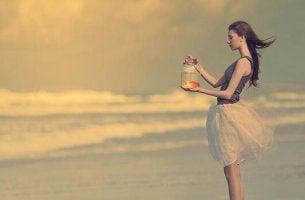 femme avec un bocal