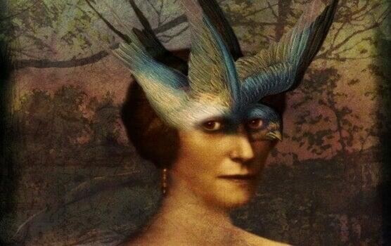 femme avec un oiseau sur le visage