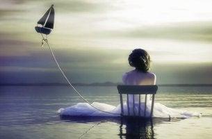 femme dans l eau tenant barque dans les airs