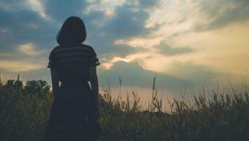 femme distante émotionnellement