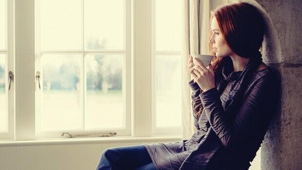 femme devant la fenêtre
