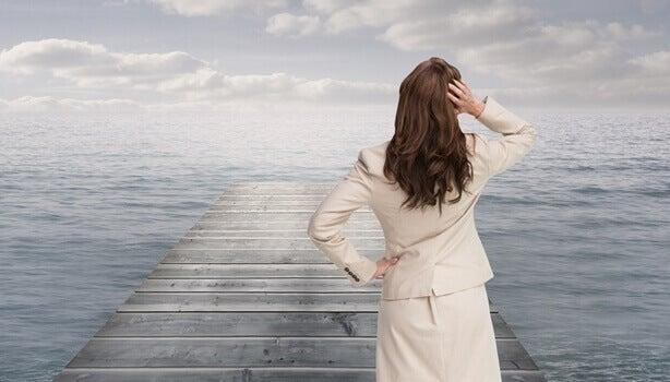 femme sur un ponton face à la mer