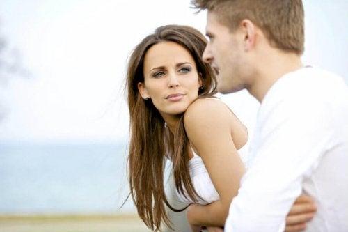 femme qui écoute son compagnon