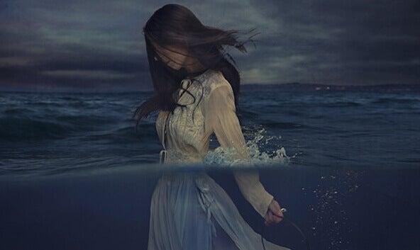 femme qui marche dans la mer