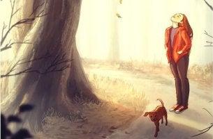 femme qui se promène avec son chien