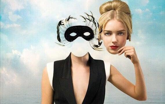 femme tenant son visage comme un masque