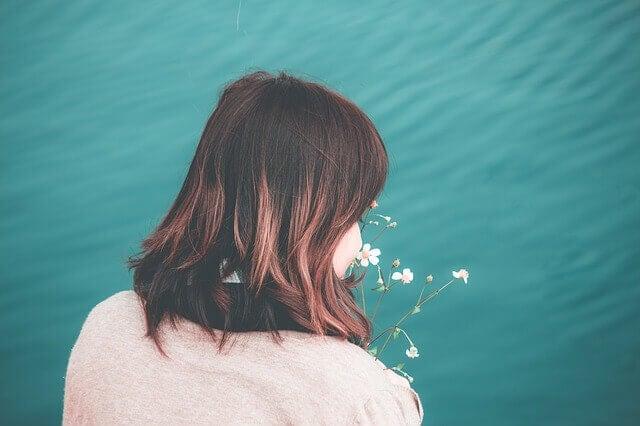 femme qui sent des fleurs