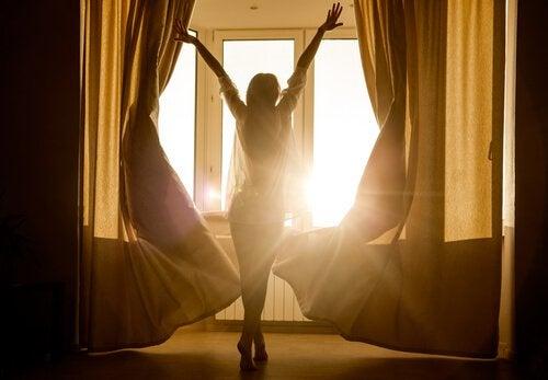 femme tirant les rideaux
