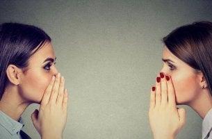 femmes se racontant des rumeurs
