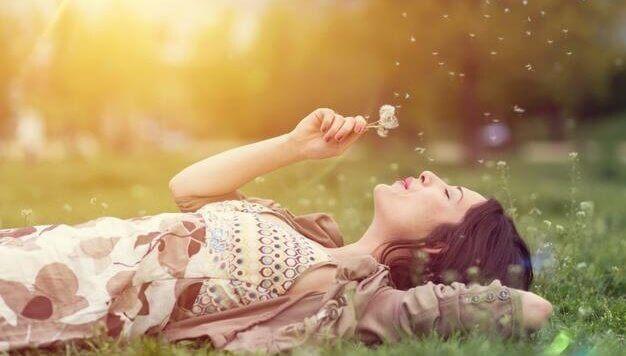 Le rêve compulsif, maladie de Cyprien Luraghi ? dans AC ! Brest fille-allongee-dans-herbe-et-revant