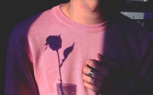 fille avec main sur le coeur