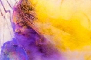 fille enveloppée de couleurs