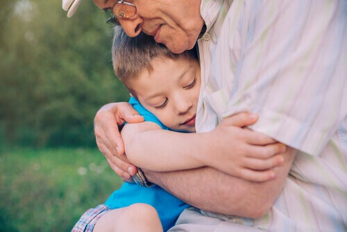 grand-père avec son petit-fils