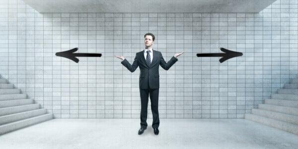 homme hésitant entre deux directions