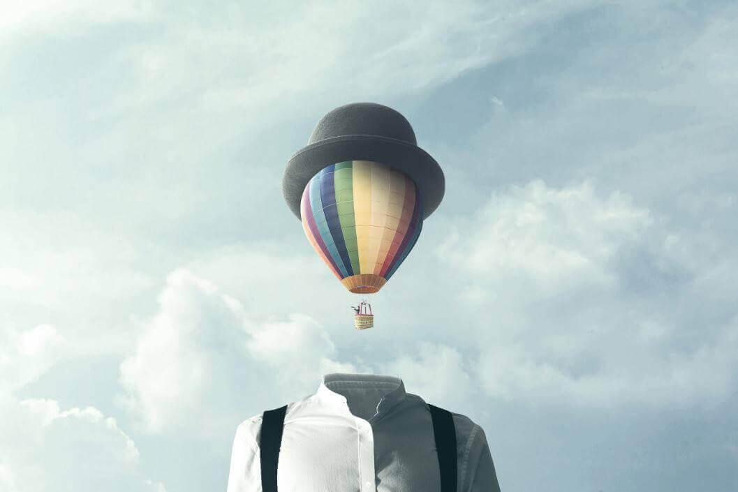 homme avec tete de montgolfière