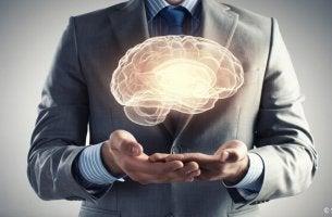 homme soutenant un cerveau
